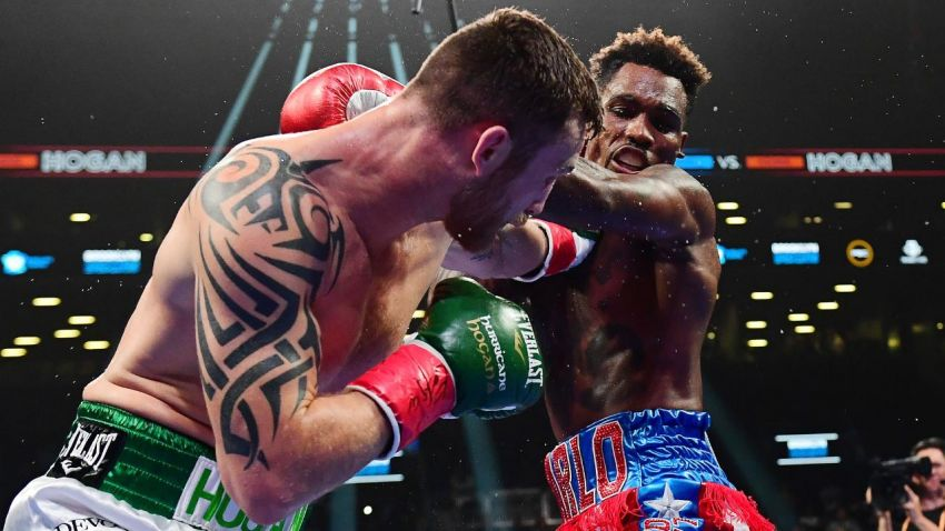 Джермалл Чарло нокаутировал Денниса Хогана в седьмом раунде, защитив чемпионский титул WBC