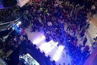 Автограф-сессия Льюиса и Холифилда собрала огромную толпу фанатов
