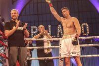 Александр Захожий в непростом бою победил Константина Довбыщенко единогласным решением судей