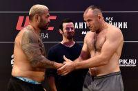 Алексей Олейник победил Марка Ханта удушающим приемом на UFC Fight Night Moscow