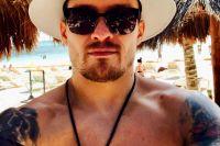 Александр Усик после после победы над Майрисом Бриедисом отдыхает и тренируется на пляже в Мексике